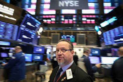 Wall St. edges higher ahead of Fed minutes