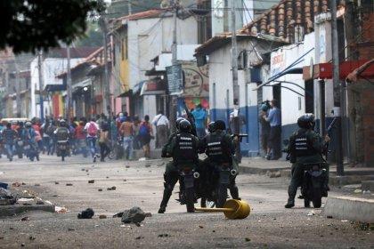 Tropas venezolanas lanzan gases lacrimógenos a personas que buscan pasar a Colombia: testigo Reuters