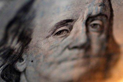 Dólar fecha em alta puxado por exterior, no aguardo de Previdência