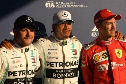 Hamilton se queda con la pole, velocidad de Mercedes sorprende a sus rivales en Australia
