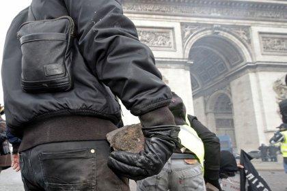 Macron envisage d'interdire les manifestations sur les Champs-Elysées