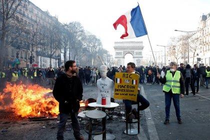 """""""Gilets jaunes"""": L'exécutif muscle sa riposte aux violences"""