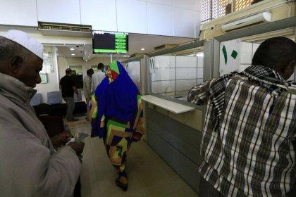"""الرئيس السوداني يحظر """"تخزين العملة الوطنية والمضاربة فيها"""""""