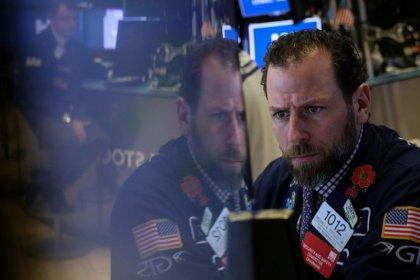 Уолл-стрит открылась снижением на фоне слабых экономических данных