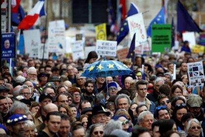 مئات الآلاف يتظاهرون في لندن للمطالبة باستفتاء آخر على الخروج من أوروبا