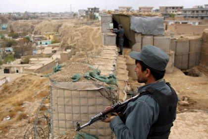 Ataques aéreos matan a docenas de afganos, la batalla se intensifica en bastiones talibanes