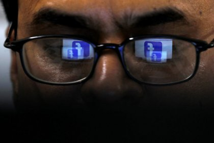Facebook 'labels' posts by hand, posing privacy questions