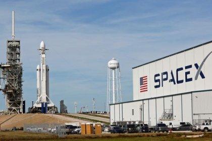 سبيس إكس تؤجل إطلاق صاروخ يحمل أقمارا صناعية لتشغيل الإنترنت بسبب شدة الرياح