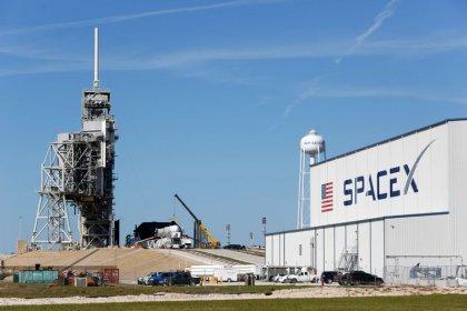 سبيس إكس تؤجل مجددا إطلاق صاروخ يحمل أقمارا صناعية لتشغيل الإنترنت