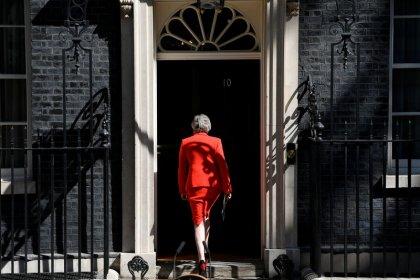 Eprouvée par les affres du Brexit, May rend les armes en larmes