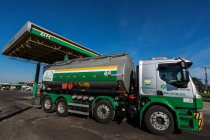 Petrobras reduz preço da gasolina na refinaria em 4,4% no sábado; diesel fica estável