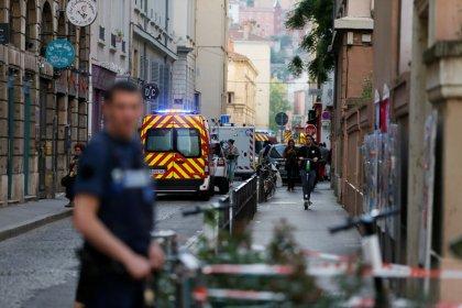 Polícia francesa caça autor de atentado com bomba em mala em Lyon