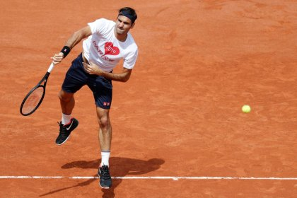 Federer returns on opening day at Roland Garros