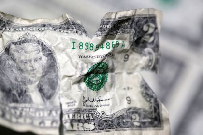 Dollaro perde terreno dopo toni accomodanti Fed