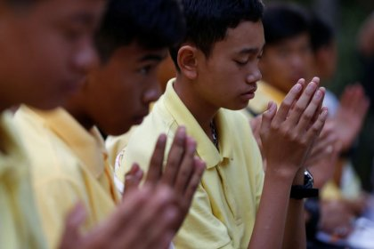 """Los """"niños de la cueva"""" rescatados en Tailandia homenajean al fallecido buceador un año después"""