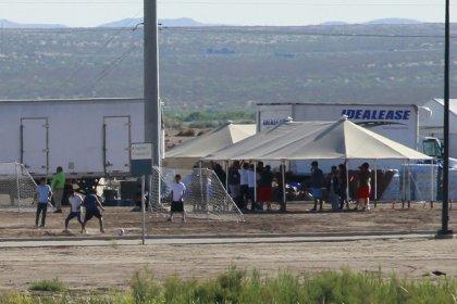 EEUU traslada a cientos de niños migrantes desde una atestada instalación fronteriza