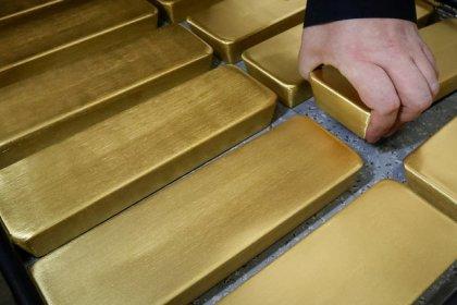 الذهب ينزل مع ارتفاع الدولار في ظل مخاوف التجارة