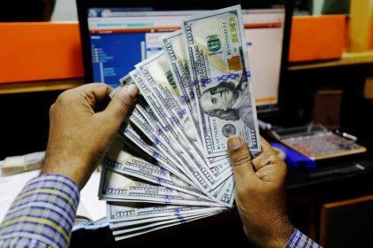 الدولار يستقر بعد تنامي التكهنات بخفض أكبر لأسعار الفائدة الأمريكية