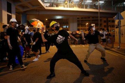 Manifestantes vestidos de negro en Hong Kong protestan frente a la oficina de representación de Pekín