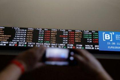 Ibovespa recua com cautela antes de semana de decisões de juros no Brasil e nos EUA
