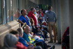 Los pedidos semanales de subsidios por desempleo caen por debajo de 1 millón en EEUU