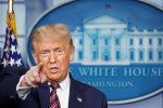 Trump retiene ayuda por coronavirus para bloquear intento demócrata para financiar elección