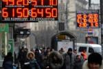 Russie: le rouble reprend sa chute, l'euro et le dollar à de nouveaux records
