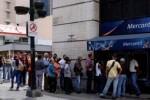 Trước ngày đổi tiền, người Venezuela như