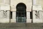 Borsa: Milano giù con Intesa e Unicredit