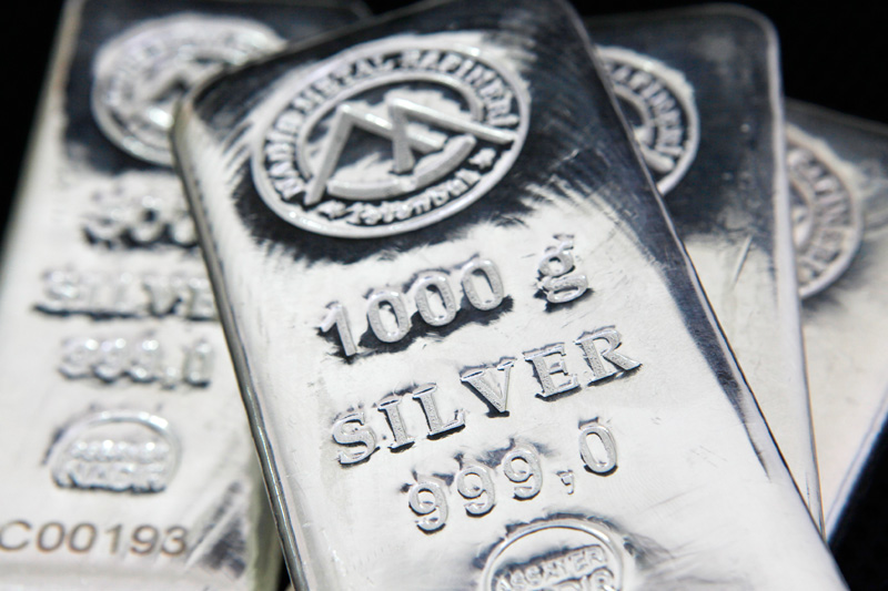 Silver prices drop 1% ahead of U.S. data