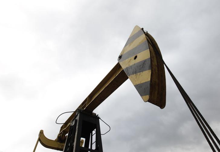 © Reuters. Станок-качалка Роснефти у поселка Ахтырский в Краснодарском крае