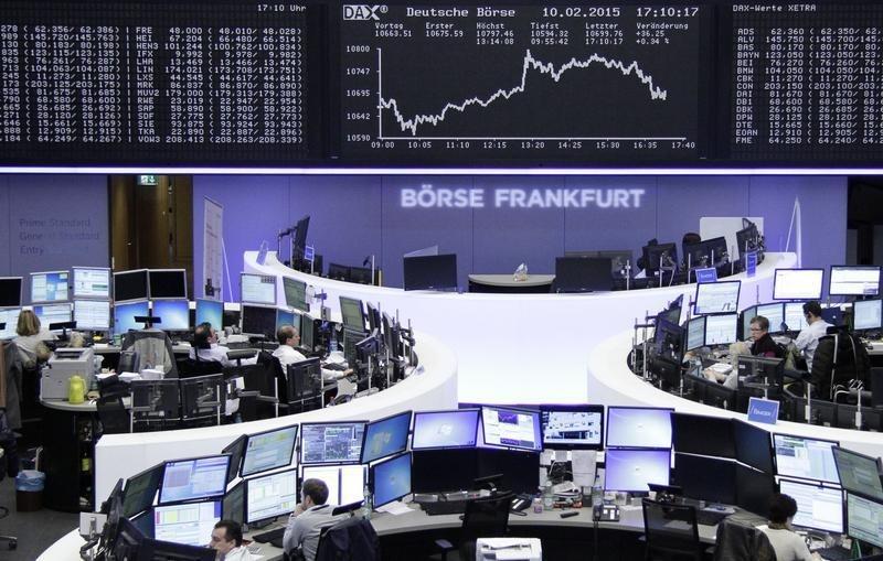 © Reuters. Operatori a lavoro alla borsa di Francoforte