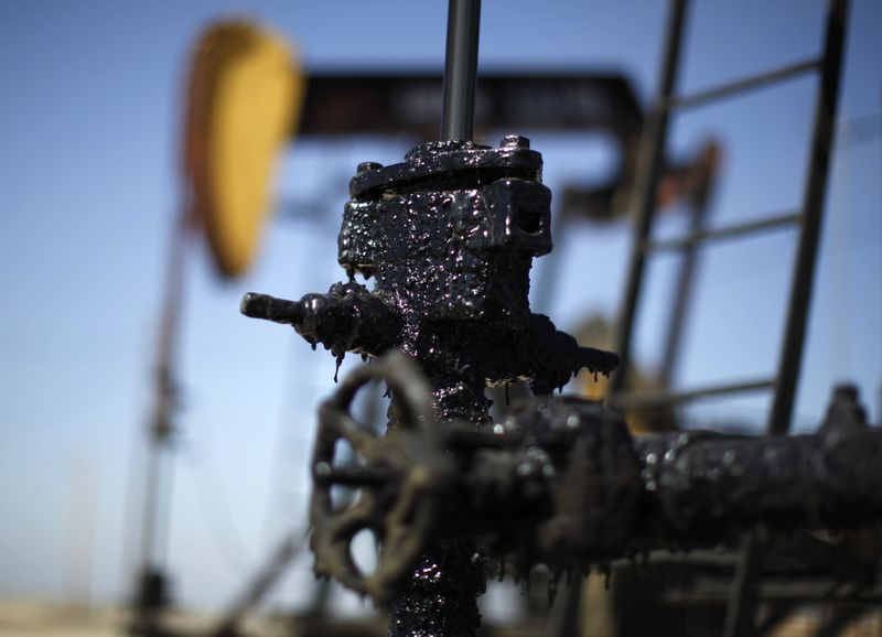 © Reuters. File of pump jacks are seen in the Midway Sunset oilfield