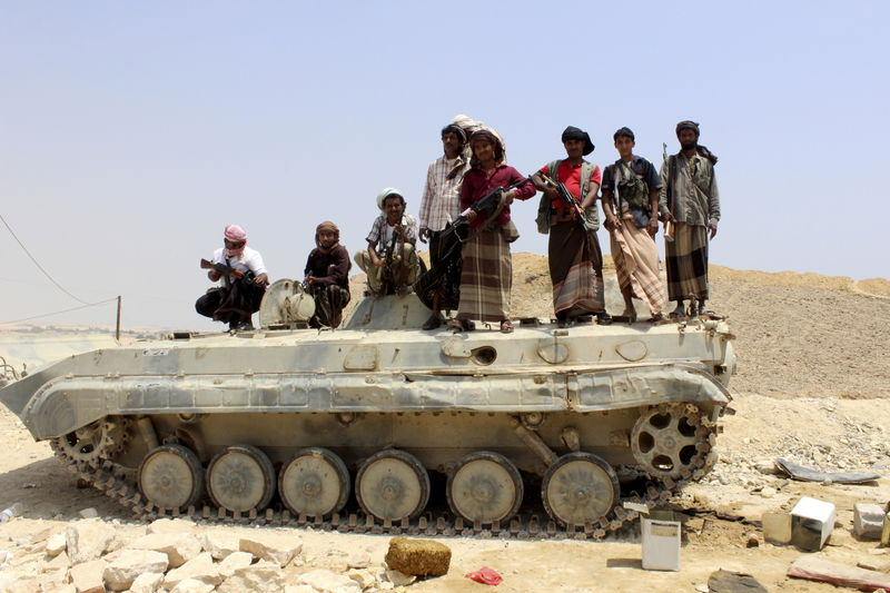 © Reuters. Tribesmen stand on a military vehicle they took from an army base in Shihr city of Yemen's eastern Hadramawt province