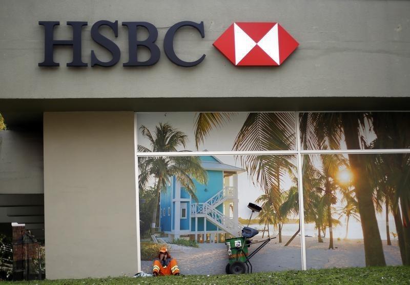 © Reuters. Gari descansa em frente a uma agência do HSBC em Curitiba