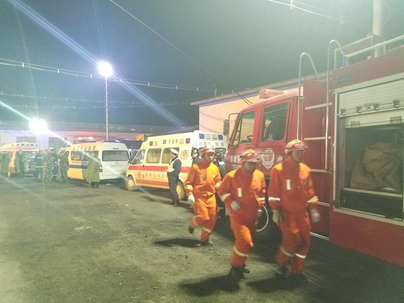 © Reuters. Rescatistas trabajan en el lugar de una explosión en una mina de carbón en Chifeng