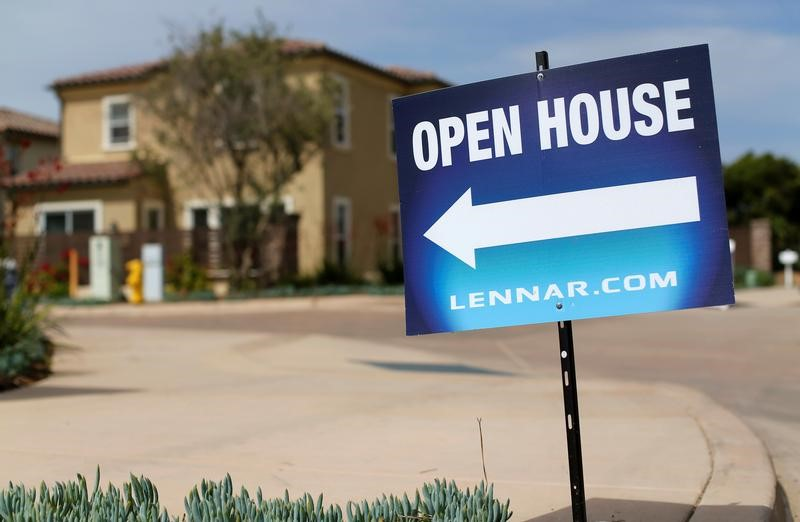 © Reuters. Newly constructed houses built by Lennar Corp are pictured in Leucadia, California