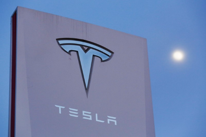 © Reuters. Signage is displayed outside of Tesla Motors before the Tesla Energy Powerwall Home Battery event in Hawthorne, California