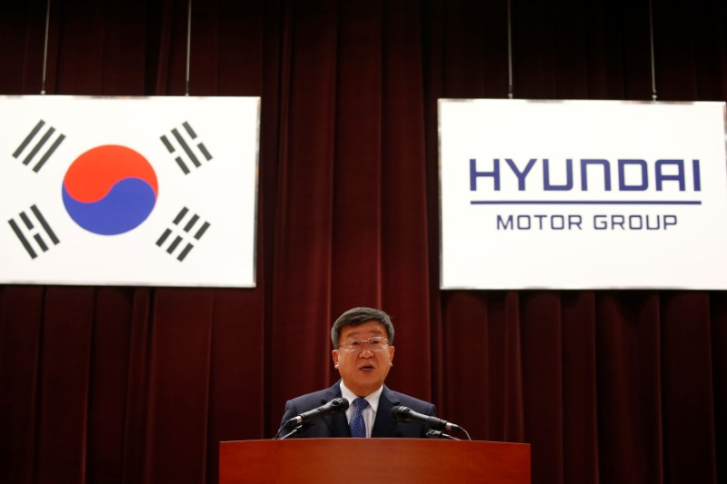 © Reuters. Hyundai Motor Group Vice Chairman Yoon Yeo-chul speaks during the company's New Year ceremony in Seoul