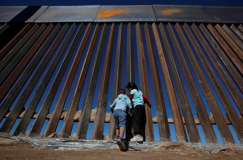 © Reuters. Children play at a newly built section of the U.S.-Mexico border wall at Sunland Park, U.S. opposite the Mexican border city of Ciudad Juarez