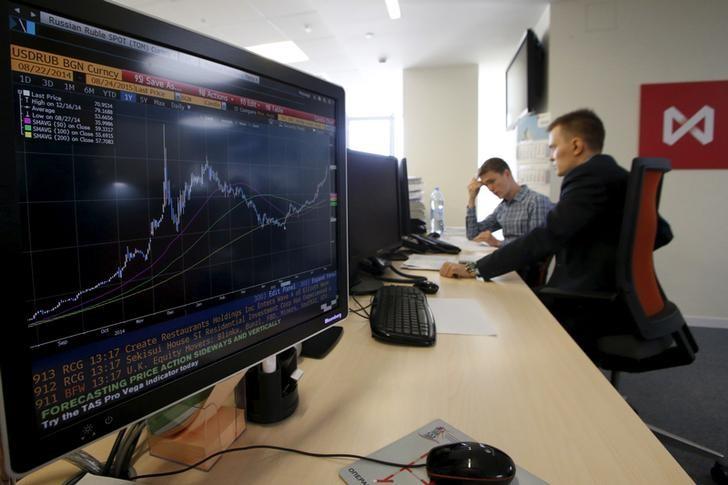 © Reuters. Трейдеры на Московской бирже