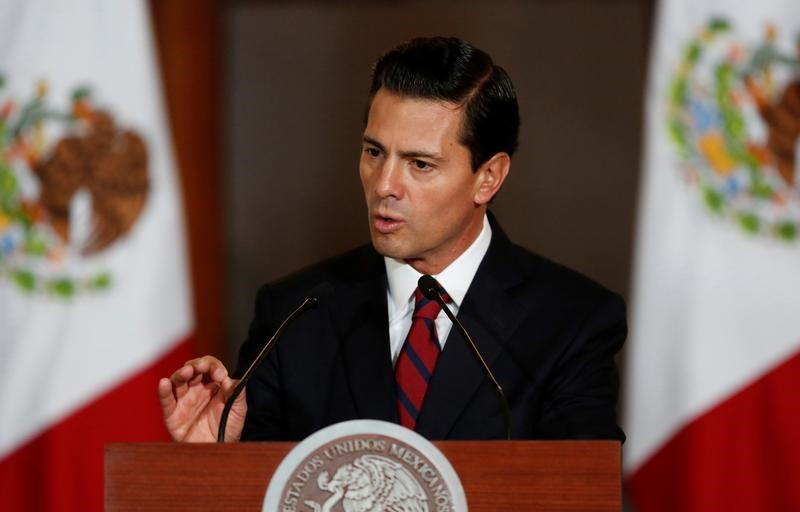 © Reuters. Mexico's President Enrique Pena Nieto speaks to the audience during a meeting with members of the Diplomatic Corps in Mexico City, Mexico