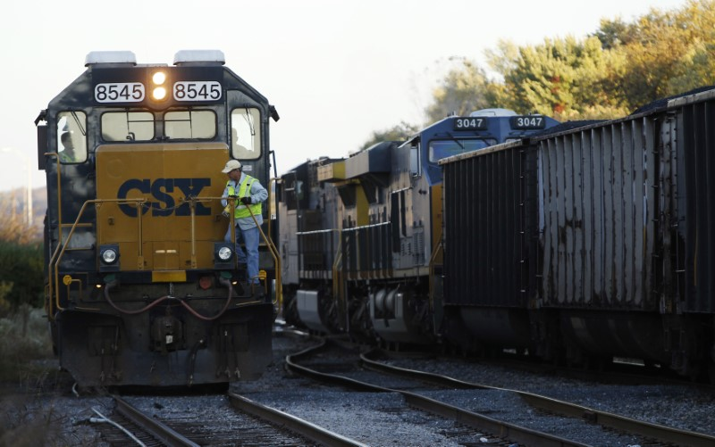 © Reuters. A CSX coal train moves past an idling CSX engine at the switchyard in Brunswick, Maryland