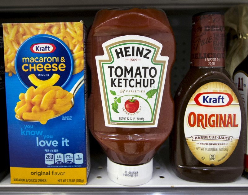 © Reuters. A Heinz Ketchup bottle sits between a box of Kraft macaroni and cheese and a bottle of Kraft Original Barbecue Sauce on a grocery store shelf in New York