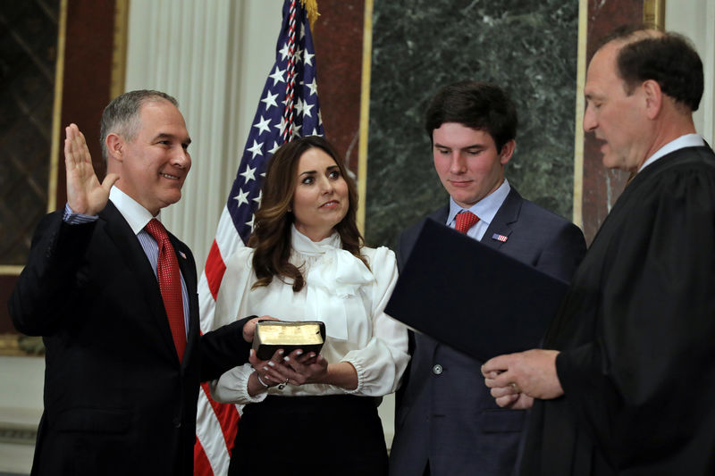 © Reuters. Director of Environmental Protection Agency Scott Pruitt is sworn in by Justice Samuel Alito as his wife Marilyn holds a bible during ceremony at the Executive Office in Washington, U.S.