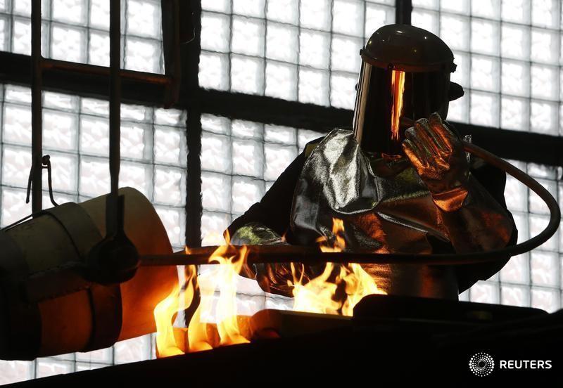 © Reuters. Рабочий на заводе на Приокском заводе цветных металлов в Касимове