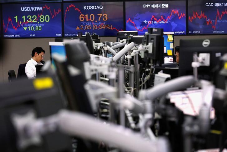 © Reuters. Валютные дилеры в банке в Сеуле