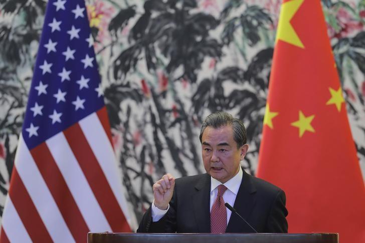 © Reuters. Министр иностранных дел Китая Ван И выступает на совместной пресс-конференции с госсекретарем США Рексом Тиллерсоном