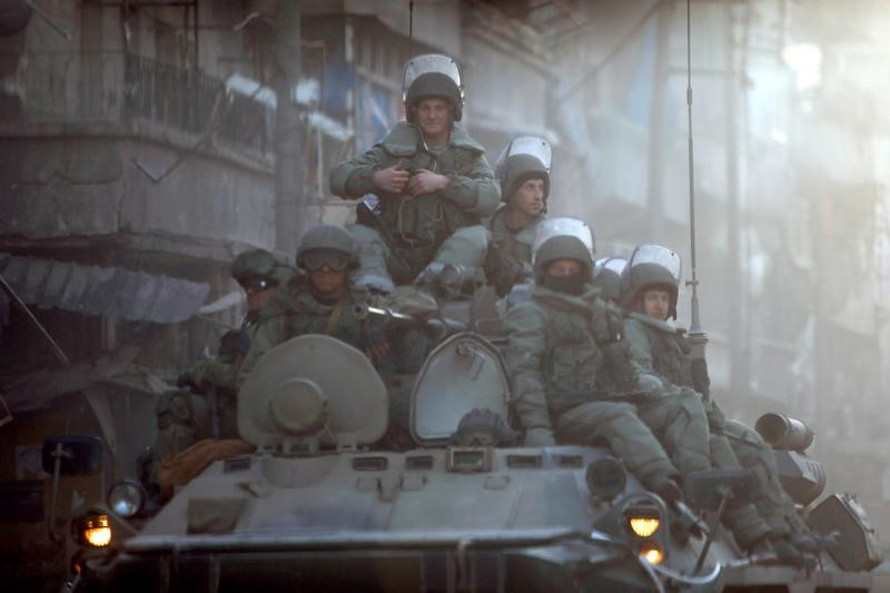 © Reuters. Российские военнослужащие патрулируют улицы Алеппо