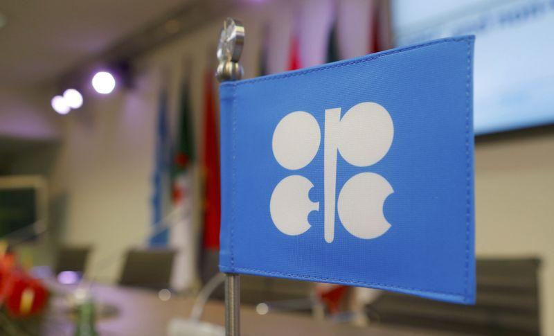 © Reuters. Нефтяные резервуары на территории строящегося терминала North 40 компании в Шервуд-Парк
